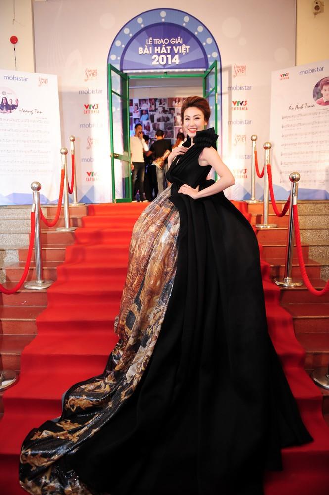 Ngân Khánh suýt gặp tai nạn váy áo trước ngày cưới - ảnh 3
