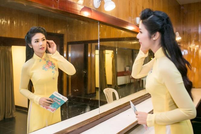 Ngọc Hân duyên dáng áo dài dẫn chương trình Tết - ảnh 5