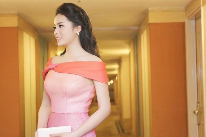 Hoa hậu Kỳ Duyên quyến rũ, lộng lẫy trên thảm đỏ - ảnh 4