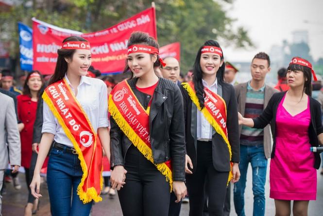 Người đẹp rạng rỡ tại Chủ Nhật Đỏ 2015 ở Hà Nội - ảnh 2