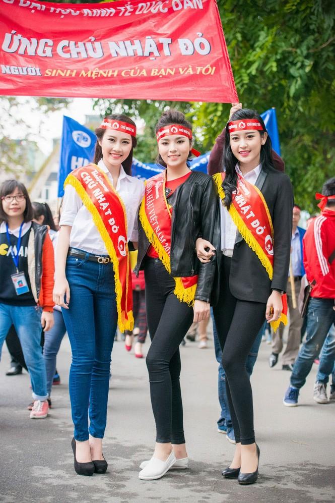 Người đẹp rạng rỡ tại Chủ Nhật Đỏ 2015 ở Hà Nội - ảnh 1