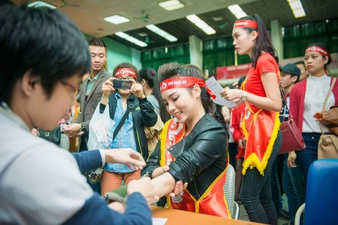 Người đẹp rạng rỡ tại Chủ Nhật Đỏ 2015 ở Hà Nội - ảnh 14