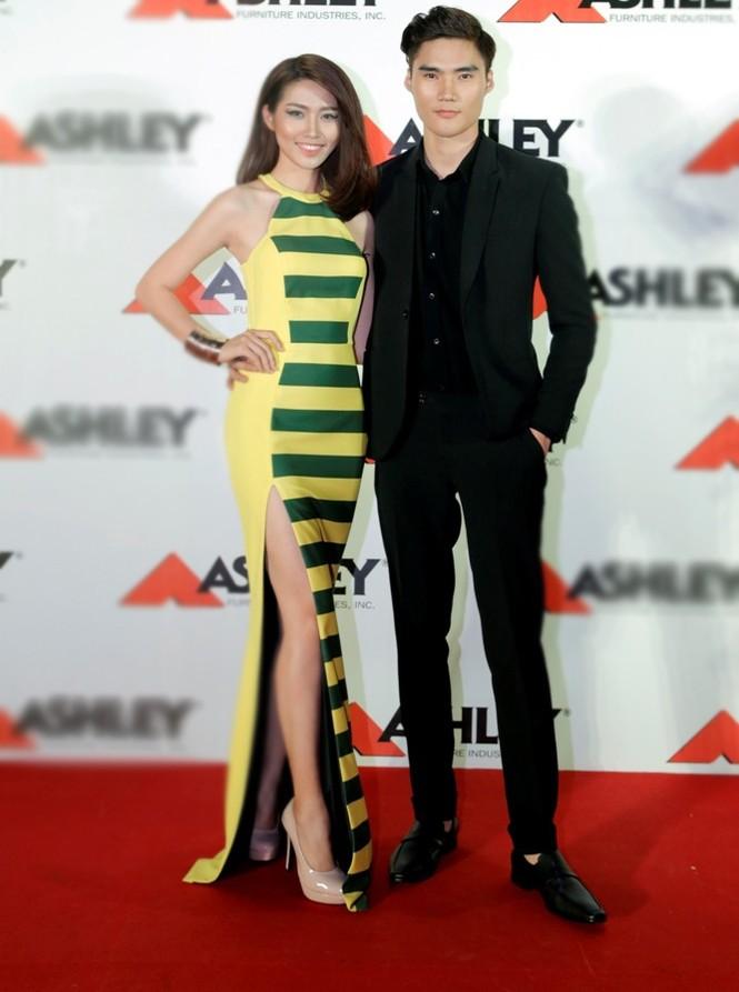 Quán quân Next Top Model Quang Hùng tình tứ cùng bạn gái - ảnh 2