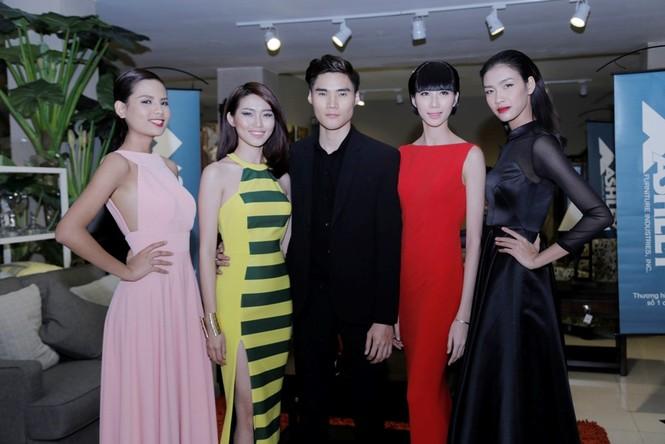 Quán quân Next Top Model Quang Hùng tình tứ cùng bạn gái - ảnh 10