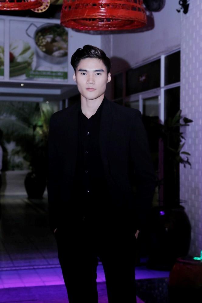 Quán quân Next Top Model Quang Hùng tình tứ cùng bạn gái - ảnh 1