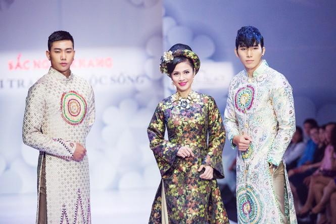 Phạm Hương, Quang Lê tươi rói xem Việt Trinh diễn áo dài - ảnh 3