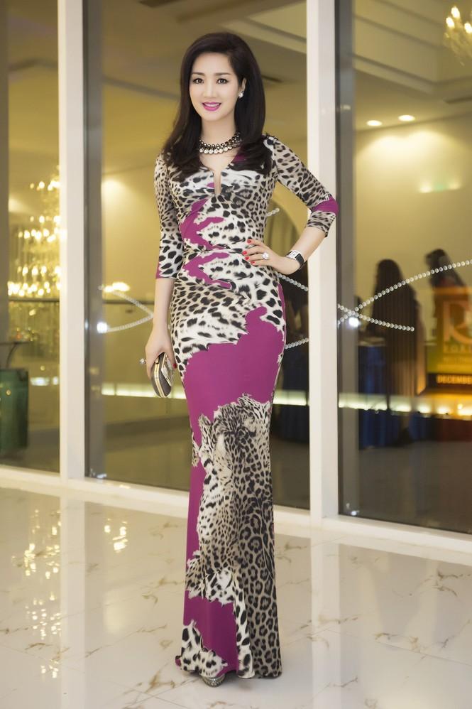 Giáng My diện váy da báo quyến rũ đi dự tiệc doanh nhân - ảnh 11
