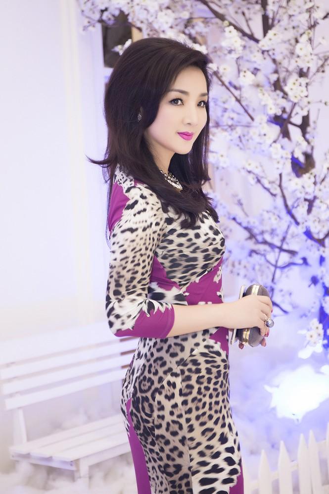 Giáng My diện váy da báo quyến rũ đi dự tiệc doanh nhân - ảnh 4
