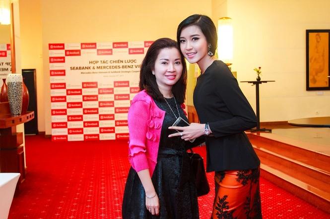 Á hậu Huyền My xinh đẹp cùng mẹ dự sự kiện - ảnh 1