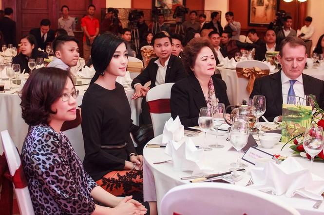 Á hậu Huyền My xinh đẹp cùng mẹ dự sự kiện - ảnh 11