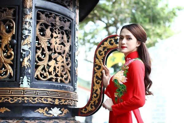 Hương Giang Idol thướt tha áo dài đi lễ chùa - ảnh 11