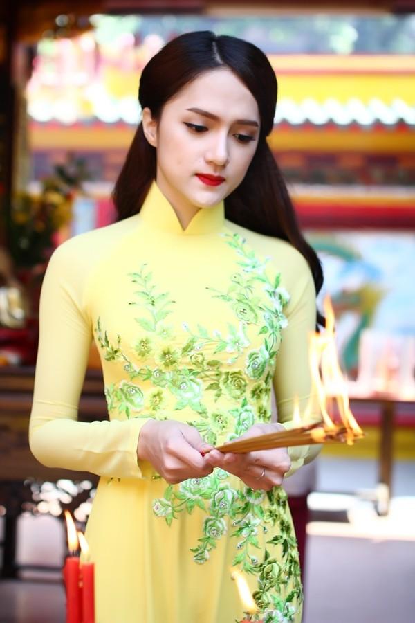 Hương Giang Idol thướt tha áo dài đi lễ chùa - ảnh 1