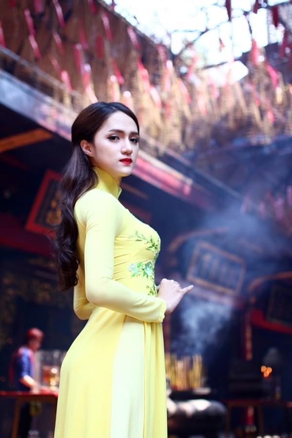 Hương Giang Idol thướt tha áo dài đi lễ chùa - ảnh 2