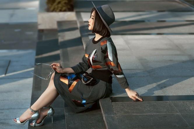 Hương Tràm khoe eo thon quyến rũ trên phố với 'cây' hàng hiệu - ảnh 4