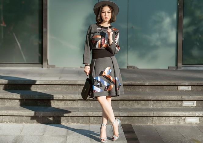 Hương Tràm khoe eo thon quyến rũ trên phố với 'cây' hàng hiệu - ảnh 3