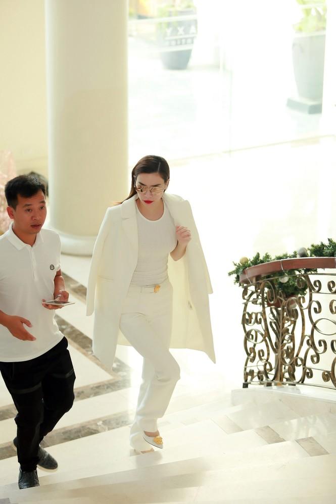 Hồ Ngọc Hà tháo giày, đi chân trần tập nhạc - ảnh 1