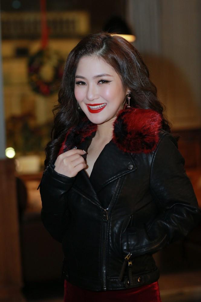 Hương Tràm diện váy đỏ gợi cảm chạy show đầu năm mới - ảnh 2