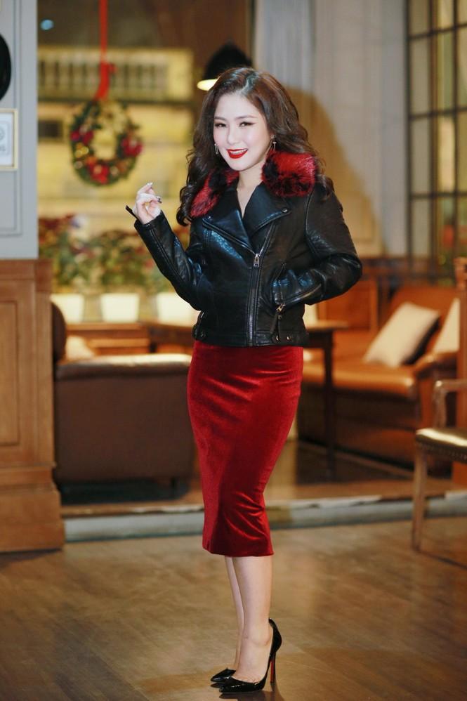 Hương Tràm diện váy đỏ gợi cảm chạy show đầu năm mới - ảnh 1