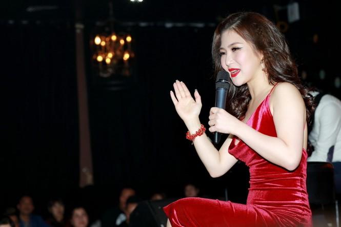 Hương Tràm diện váy đỏ gợi cảm chạy show đầu năm mới - ảnh 5