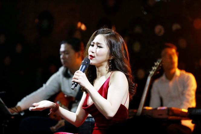 Hương Tràm diện váy đỏ gợi cảm chạy show đầu năm mới - ảnh 7