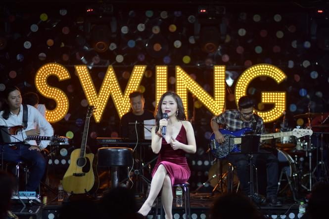 Hương Tràm diện váy đỏ gợi cảm chạy show đầu năm mới - ảnh 3