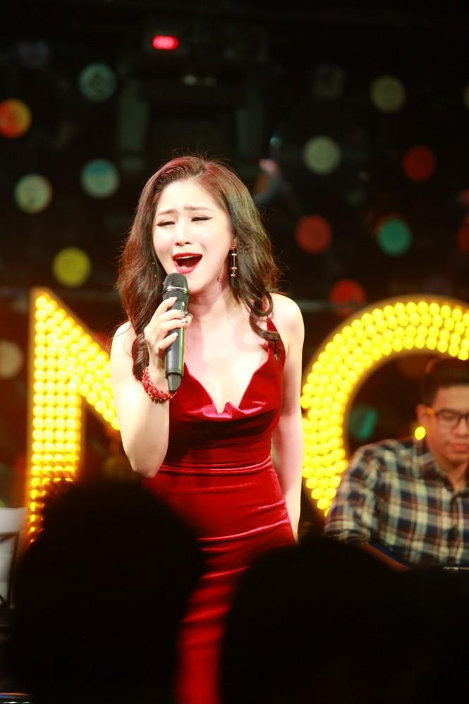 Hương Tràm diện váy đỏ gợi cảm chạy show đầu năm mới - ảnh 6