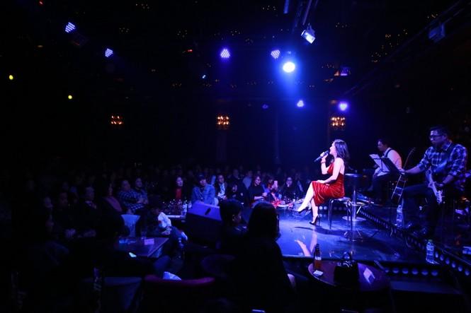 Hương Tràm diện váy đỏ gợi cảm chạy show đầu năm mới - ảnh 4
