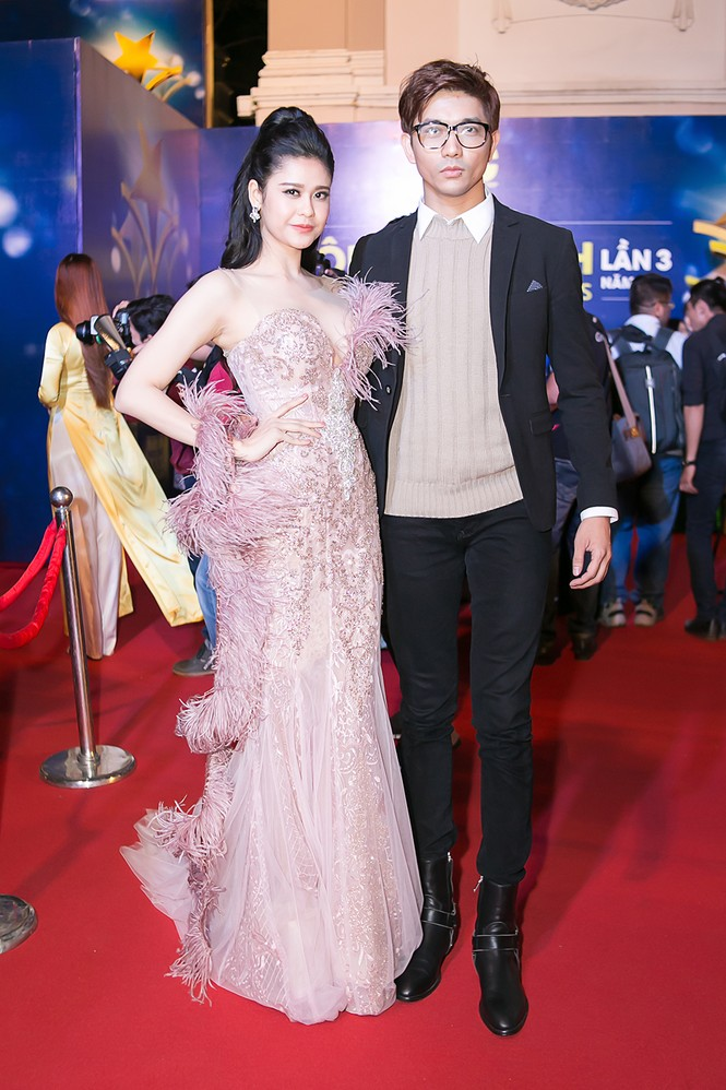 Trương Quỳnh Anh được Tim bế bổng trên thảm đỏ - ảnh 1