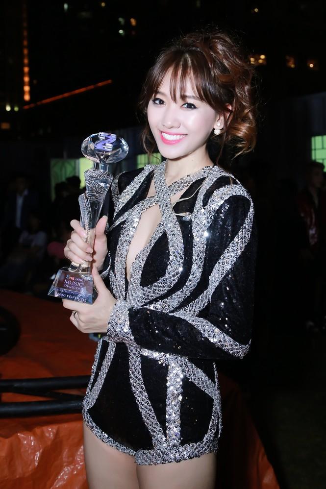 Hari Won cười 'tít mắt' bên Trấn Thành khi nhận giải thưởng âm nhạc - ảnh 9