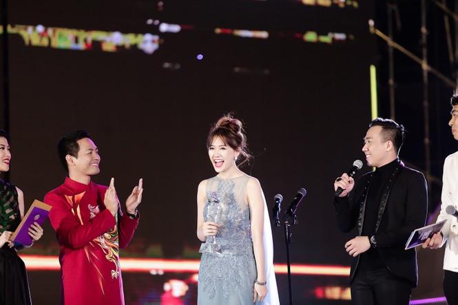 Hari Won cười 'tít mắt' bên Trấn Thành khi nhận giải thưởng âm nhạc - ảnh 5