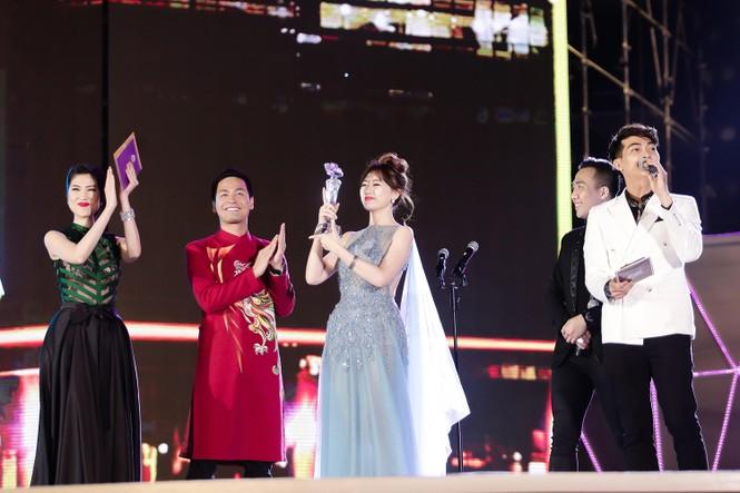 Hari Won cười 'tít mắt' bên Trấn Thành khi nhận giải thưởng âm nhạc - ảnh 6