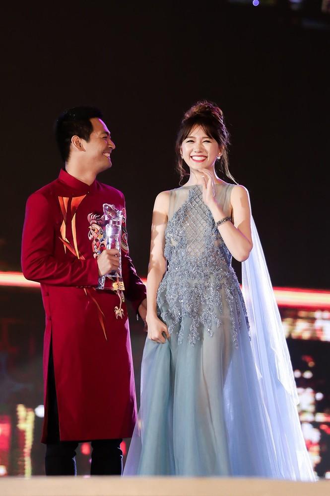 Hari Won cười 'tít mắt' bên Trấn Thành khi nhận giải thưởng âm nhạc - ảnh 7