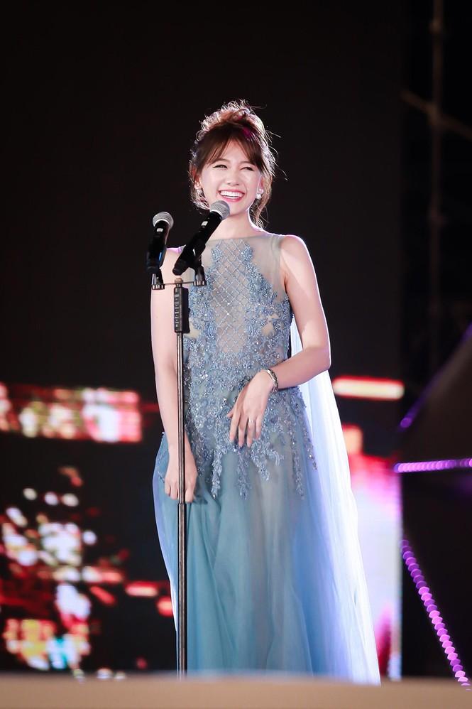 Hari Won cười 'tít mắt' bên Trấn Thành khi nhận giải thưởng âm nhạc - ảnh 8