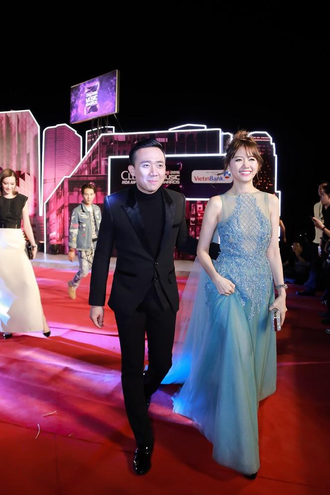 Hari Won cười 'tít mắt' bên Trấn Thành khi nhận giải thưởng âm nhạc - ảnh 2