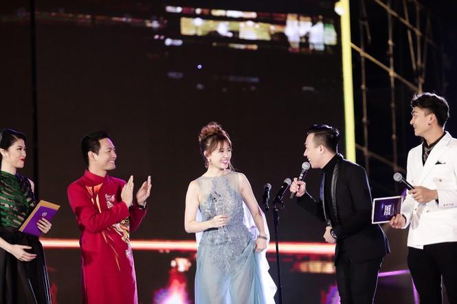 Hari Won cười 'tít mắt' bên Trấn Thành khi nhận giải thưởng âm nhạc - ảnh 4