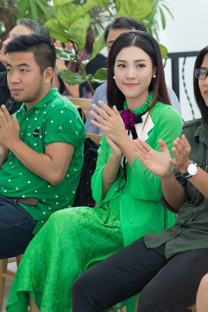 Á hậu Hoàng Oanh mặc áo dài, đi xe ôm tới dự sự kiện - ảnh 7