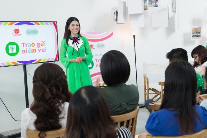 Á hậu Hoàng Oanh mặc áo dài, đi xe ôm tới dự sự kiện - ảnh 8