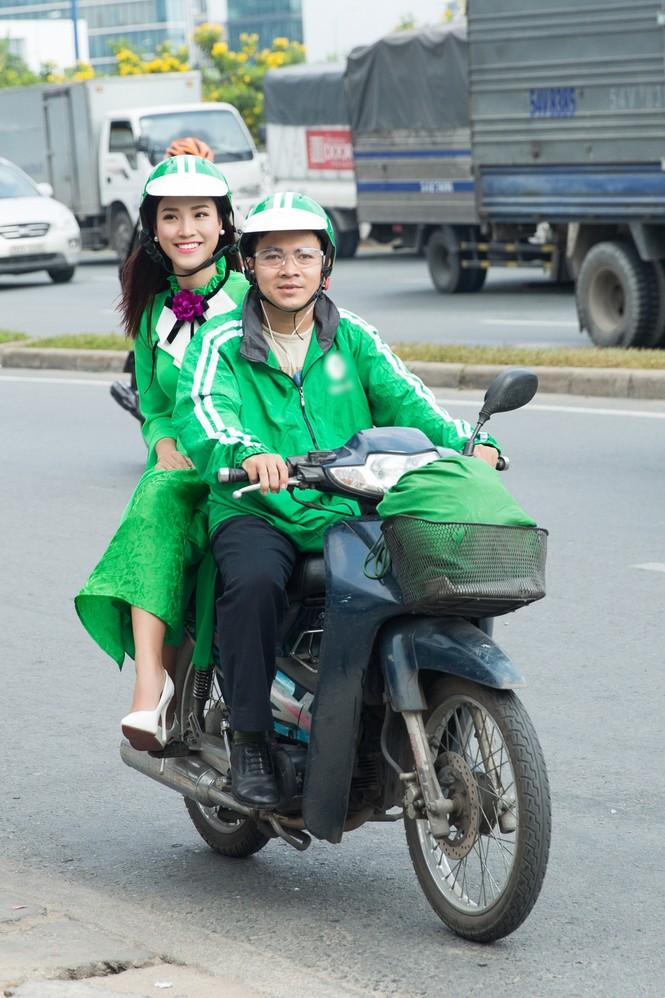 Á hậu Hoàng Oanh mặc áo dài, đi xe ôm tới dự sự kiện - ảnh 2