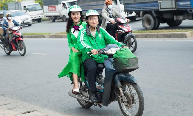 Á hậu Hoàng Oanh mặc áo dài, đi xe ôm tới dự sự kiện - ảnh 1