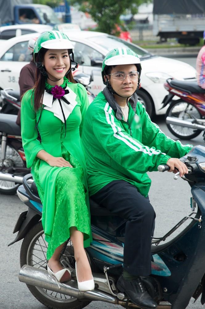 Á hậu Hoàng Oanh mặc áo dài, đi xe ôm tới dự sự kiện - ảnh 3