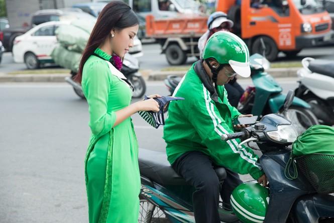 Á hậu Hoàng Oanh mặc áo dài, đi xe ôm tới dự sự kiện - ảnh 4