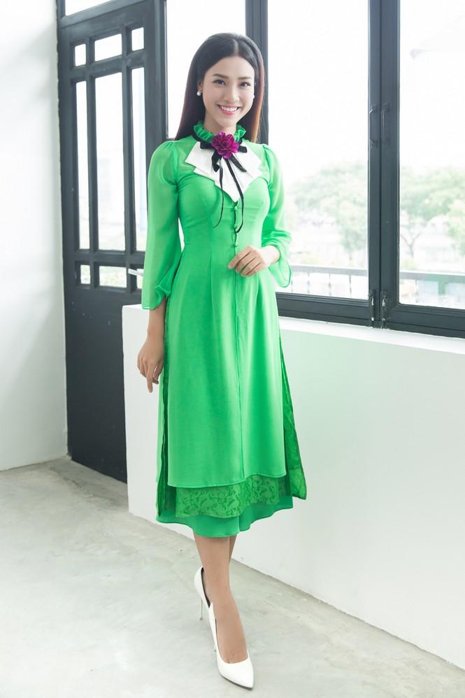 Á hậu Hoàng Oanh mặc áo dài, đi xe ôm tới dự sự kiện - ảnh 5