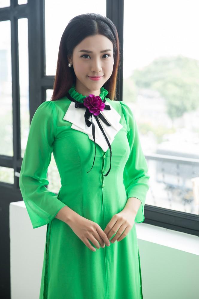 Á hậu Hoàng Oanh mặc áo dài, đi xe ôm tới dự sự kiện - ảnh 6
