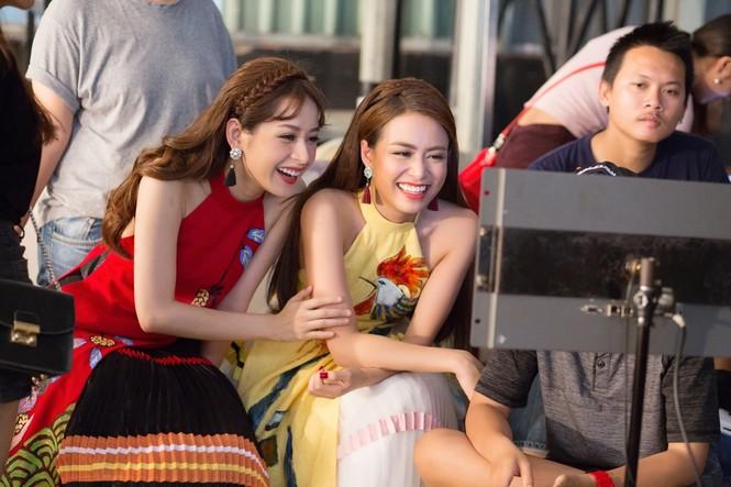 Hoàng Thuỳ Linh, Chi Pu 'quậy tưng bừng' khi quay MV Tết - ảnh 9