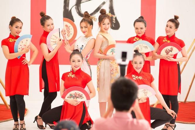 Hoàng Thuỳ Linh, Chi Pu 'quậy tưng bừng' khi quay MV Tết - ảnh 8
