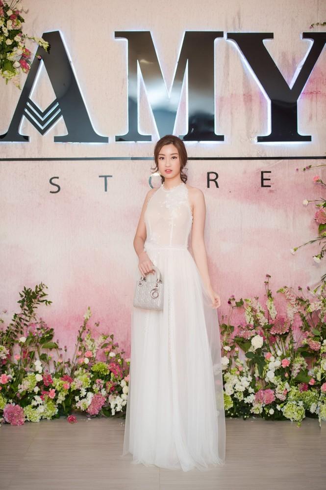 Dàn hoa hậu, á hậu 'đọ sắc' với váy ren trắng xuyên thấu - ảnh 1