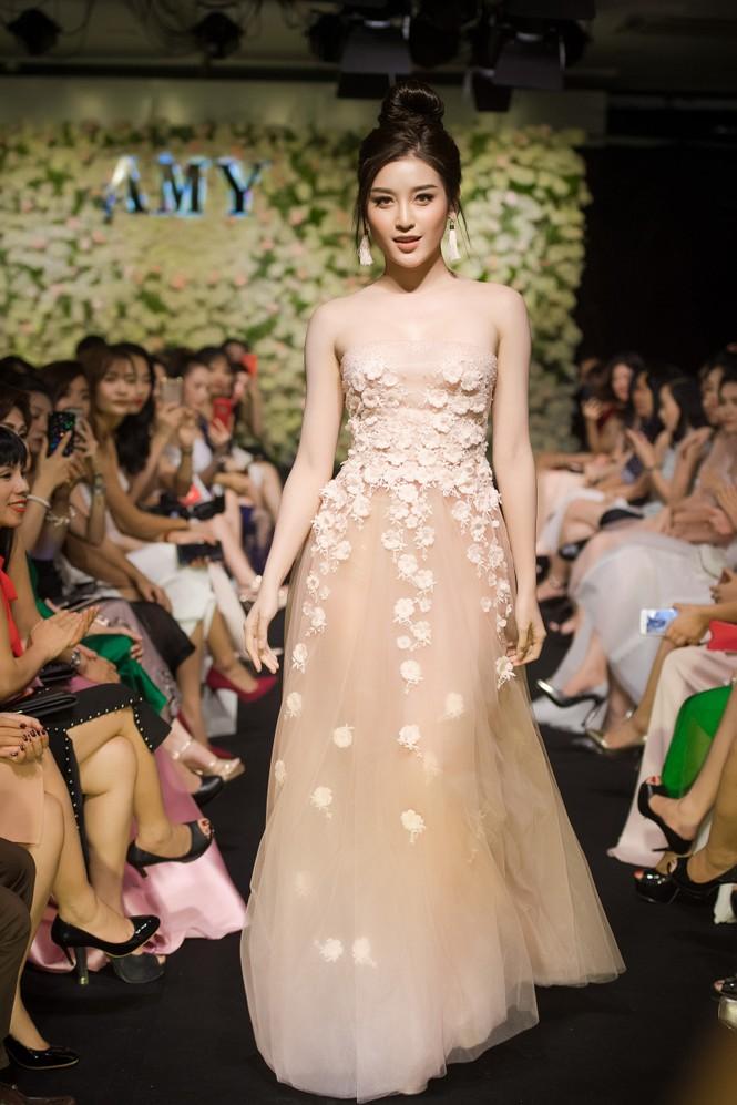 Dàn hoa hậu, á hậu 'đọ sắc' với váy ren trắng xuyên thấu - ảnh 11