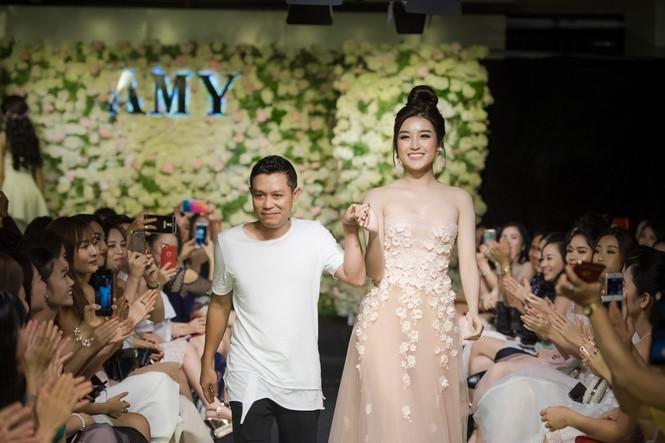 Dàn hoa hậu, á hậu 'đọ sắc' với váy ren trắng xuyên thấu - ảnh 12