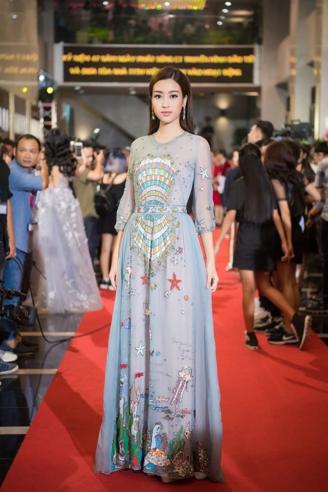 Hoa hậu Mỹ Linh lộng lẫy khoe sắc bên dàn sao VTV - ảnh 1