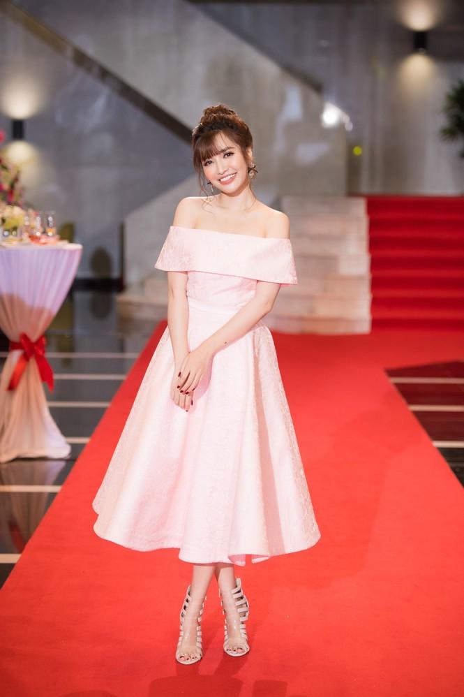 Hoa hậu Mỹ Linh lộng lẫy khoe sắc bên dàn sao VTV - ảnh 12